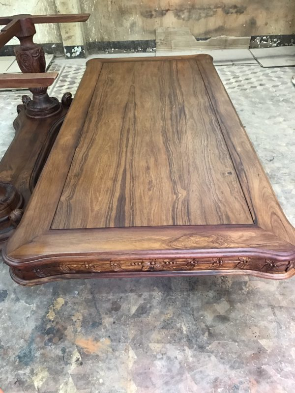 vân gỗ tự nhiên từ gỗ cẩm lai trên mặt bàn